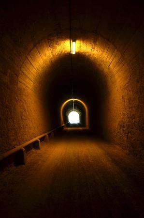 tunnel: t�nel iluminado con una luz al final Foto de archivo