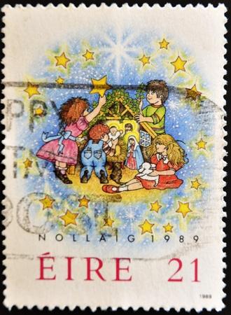 estrella de belen: IRLANDA - CIRCA 1989: Un sello impreso en Irlanda celebrar la Navidad, alrededor del a�o 1989