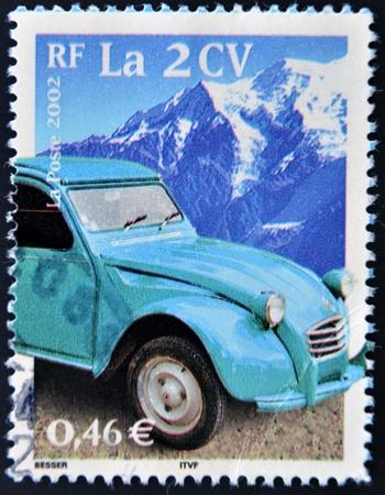 philatelist: FRANKREICH - CIRCA 2002: Eine Briefmarke gedruckt in Frankreich zeigt einen Citroen 2CV, um 2002