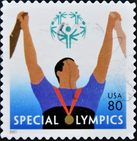deportes olimpicos: ESTADOS UNIDOS DE AMERICA - CIRCA 2003: Un sello impreso en los Estados Unidos de Am�rica muestra la imagen celebrando las Olimpiadas Especiales, series, circa 2003