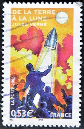 """philatelist: FRANKREICH - CIRCA 2005: Eine Briefmarke gedruckt in Frankreich zeigt ein Bild von """"Von der Erde zum Mond"""", einem Roman von Jules Verne, circa 2005"""