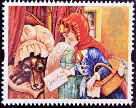 czerwony kapturek: WIELKA BRYTANIA - OKOŁO 1994: Stempel drukowane w Wielkiej Brytanii pokazuje, Czerwony Kapturek i wilk jako babci, ok. 1994 Publikacyjne