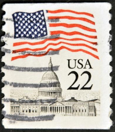 sello postal: ESTADOS UNIDOS DE AM�RICA - CIRCA 1985: Un sello impreso en los EE.UU. muestra m�s de la bandera del Capitolio, alrededor de 1985