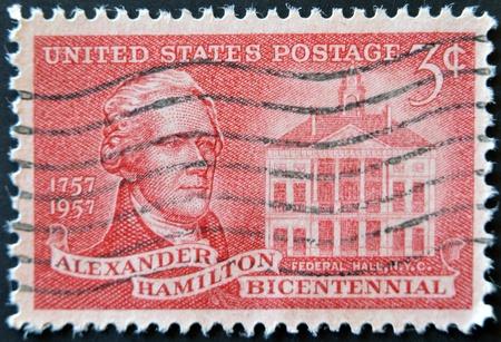 alexander hamilton: STATI UNITI - CIRCA 1957: francobollo stampato negli Stati Uniti, mostra Alexander Hamilton e la Federal Hall, circa 1957