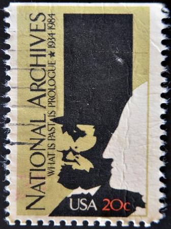 george washington: ESTADOS UNIDOS - CIRCA 1984: Un sello impreso en los EE.UU. muestra la imagen que representa la cabeza del Washington, inscripto Archivos Nacionales, �Cu�l es pasado es pr�logo 1934-1984, alrededor del a�o 1984
