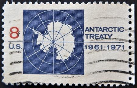 verdrag: VERENIGDE STATEN VAN AMERIKA - 1971: Een stempel gedrukt in de Verenigde Staten van Amerika toont beeld viert het Antarctisch Verdrag, series, 1971 Stockfoto