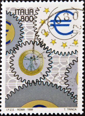 uomo vitruviano: ITALIA - CIRCA 1998: Un timbro stampato in Italia mostra il simbolo di valuta e di euro, circa 1998