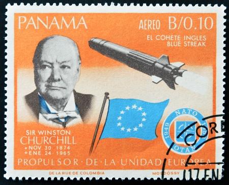 bandera de panama: PANAM� - CIRCA 1966: Un sello impreso por Panam�, muestra a Sir Winston Churchill y De ladr�n a polic�a cohete, alrededor del a�o 1966 Editorial