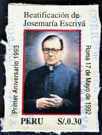 sanctity: PERU - CIRCA 1992: Un timbro stampato in Per� mostra l'immagine di San Josemar�a Escriv� de Balaguer � stato un prete cattolico romano dalla Spagna che ha fondato l'Opus Dei, circa 1992. Editoriali