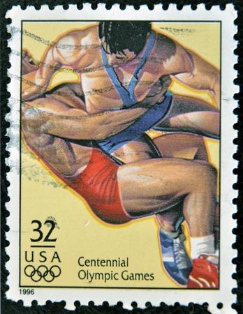deportes olimpicos: EE.UU. - CIRCA 1996: Un sello dedicado al centenario de los Juegos Ol�mpicos, muestra la lucha libre, alrededor de 1996. Editorial