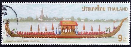 timbre postal: TAILANDIA - CIRCA 1996: Un sello impreso en Tailandia muestra la imagen de la barcaza real con la inscripci�n de Oro Foto de archivo