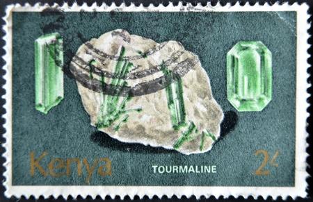 timbre postal: KENIA - CIRCA 1977: Un sello impreso en Kenia demuestra minerales que se encuentran en Kenya. Tourmeline, alrededor del año 1977.