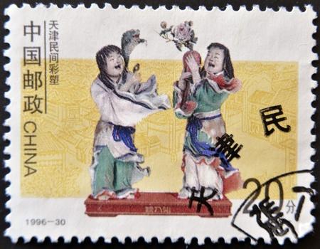 figuras humanas: JAP�N - CIRCA 1996: Un sello impreso en Jap�n muestra dos figuras humanas hechas de porcelana, alrededor del a�o 1996 Foto de archivo
