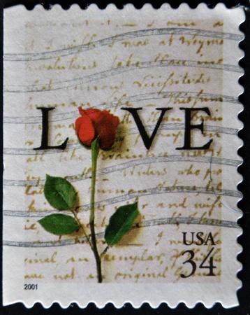 carta de amor: ESTADOS UNIDOS - CIRCA 2001: Un sello impreso en los EE.UU. muestra la palabra AMOR extremo rojo rosa, alrededor del a�o 2001