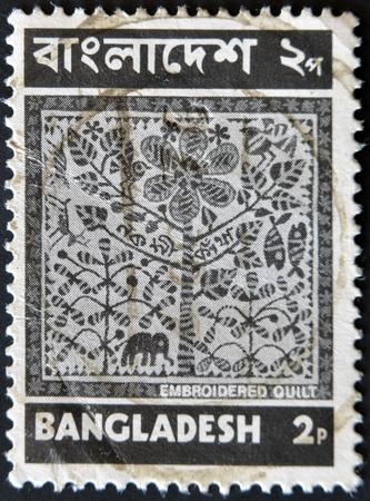 philatelist: BANGLADESCH - CIRCA 1973: Eine Briefmarke gedruckt in Bangladesch zeigt gestickte Quilt (Nakshi Kantha), circa 1973 Lizenzfreie Bilder