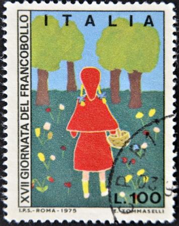 caperucita roja: Italia - CIRCA 1975: Un sello impreso en Italia muestra Caperucita Roja, alrededor de 1975
