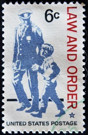gorra polic�a: ESTADOS UNIDOS - CIRCA 1968: sello impreso en los EE.UU. La polic�a muestra como protector y amigo y el respeto a la ley y el orden, alrededor del a�o 1968 Foto de archivo