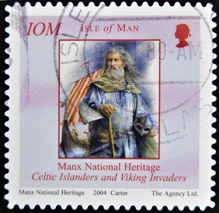 invaders: ISLE OF MAN - CIRCA 2004: Un sello impreso en la Isla de Man muestra isle�os celtas y los invasores vikingos, alrededor del a�o 2004