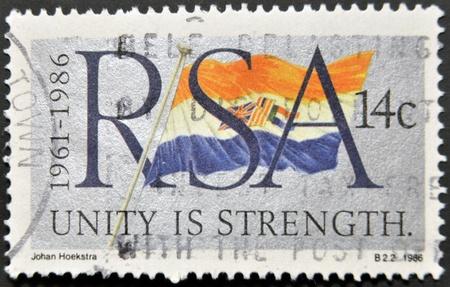 philatelist: REPUBLIK S�DAFRIKA - CIRCA 1986: Eine Briefmarke gedruckt in RSA zeigt die Flagge, circa 1986