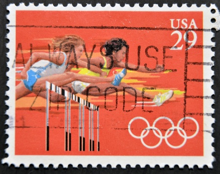 deportes olimpicos: ESTADOS UNIDOS DE AM�RICA - CIRCA 1991: Un sello impreso en los EE.UU. dedicado a los Juegos Ol�mpicos de Barcelona 92, muestra vallas, alrededor del a�o 1991 Editorial