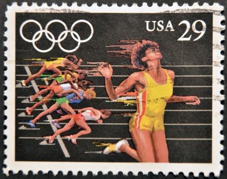 deportes olimpicos: ESTADOS UNIDOS DE AM�RICA - CIRCA 1991: Un sello impreso en los EE.UU. dedicado a los Juegos Ol�mpicos de Barcelona 92, muestra en funcionamiento, alrededor de 1991 Editorial