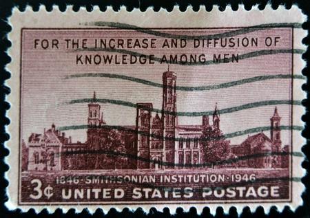 diffusion: USA - CIRCA 1946: Un timbro stampato negli Stati Uniti mostra per l'incremento e la diffusione della conoscenza tra gli uomini, Smithsonian Institution, 1946 circa