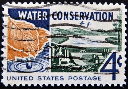 conservacion del agua: ESTADOS UNIDOS - CIRCA 1960: Un sello impreso en los EE.UU. dedicado a la conservaci�n del agua, alrededor de 1960