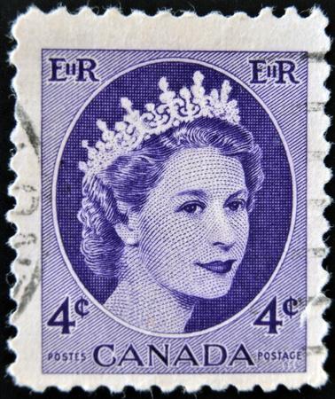 postes: CANADA - CIRCA 1954: A stamp printed in Canada showing a portrait of Queen Elizabeth II, circa 1954.