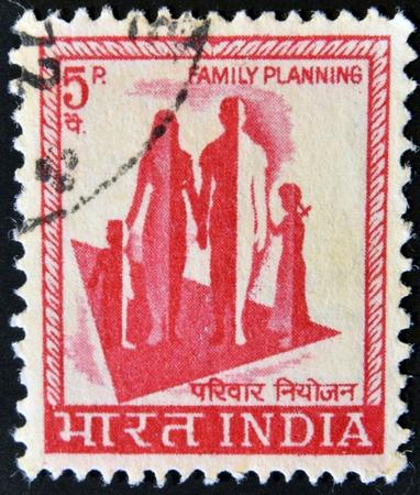 demografia: INDIA - CIRCA 1976: Un sello impreso en la India, se muestra un símbolo de la campaña de planificación familiar, alrededor del año 1976