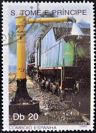 tomo: SAO TOME E PRINCIPE - CIRCA 1989: Un timbro stampato in Sao Tome mostra un treno di rifornimento, circa 1989