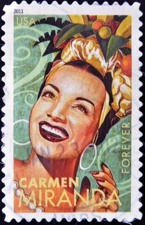 philatelist: UNITED STATES OF AMERICA - CIRCA 2011: Eine Briefmarke in den USA gedruckt zeigt Carmen Miranda, circa 2011