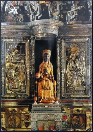 madona: ESPA�A - CIRCA 1960: Una tarjeta postal impresa en Espa�a, muestra la estatua de la Virgen de Montserrat, Negro, alrededor de 1960