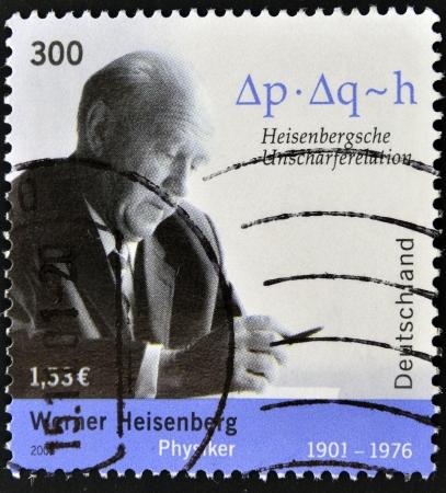 ドイツ - 年頃 2001年: ドイツ ショー ヴェルナー ・ ハイゼンベルク、年頃 2001年で印刷スタンプ