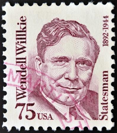 statesman: STATI UNITI D'AMERICA - CIRCA 1992 Un francobollo da Stati Uniti mostra immagine di statista Wendell Willkie, circa 1992 Editoriali