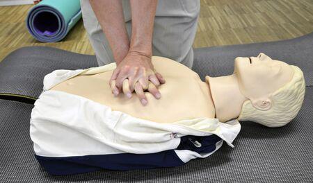 primeramente: Hombre practicando t�cnicas de reanimaci�n cardiopulmonar en maniqu�.