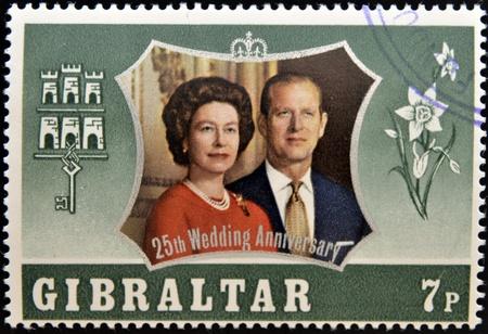 bodas de plata: GIBRALTAR - CIRCA 1972 Un sello impreso en Gibraltar muestra el retrato del duque de Edimburgo y la reina Isabel II commemoracion de sus bodas de plata, alrededor del a�o 1972
