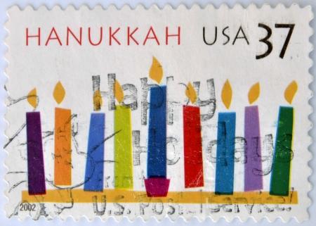 sanctity: STATI UNITI D'AMERICA - CIRCA 2002 Un timbro stampato negli Stati Uniti mostra candele, Hanukkah, intorno al 2002
