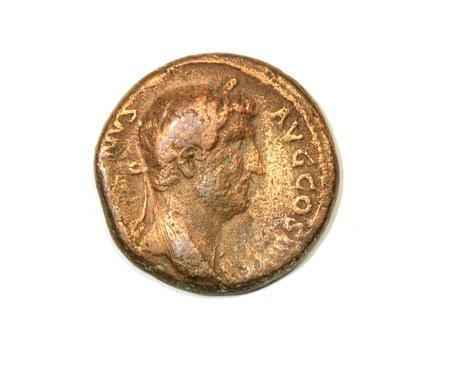 hadrian: Moneda romana antigua sobre un fondo blanco. El emperador Adriano. Frente