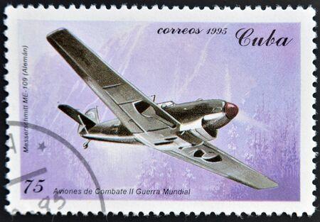 sello postal: CUBA - alrededor de 1995 Un sello impreso en Cuba muestra alemana Messerschmitt, Avi�n de combate de la Segunda Guerra Mundial, alrededor de 1995 Editorial