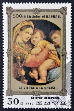 DPR KOREA - CIRCA 1983: Stempel drukowane w Korei Północnej, pokazuje la Vierge La Chaise przez Rafaela w 500. rocznicę jego urodzin, około 1983 Zdjęcie Seryjne - 14803341