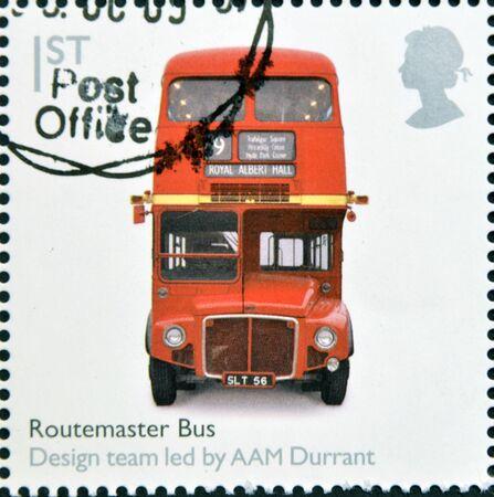 bus anglais: ROYAUME-UNI - CIRCA 2009 Un timbre imprim� en Grande-Bretagne d�di�e � la conception Classics, montre bus Routemaster par Durrant AAM, circa 2009