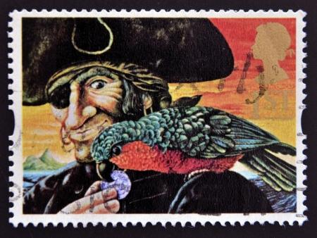 plundering: VERENIGD KONINKRIJK - CIRCA 1993: Een stempel gedrukt in Groot-Brittannië toont Long John Silver en Parrot (Treasure Island), circa 1993