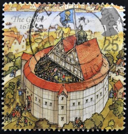 philatelist: UNITED KINGDOM - CIRCA 1995: Ein Stempel in Gro�britannien gedruckt gewidmet Wiederaufbau von Shakespeares Globe Theatre, zeigt die Welt, 1614, circa 1995