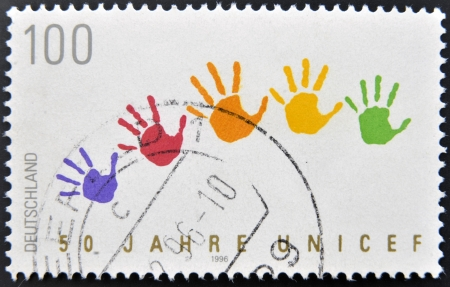 unicef: Germania - CIRCA 1996: Un timbro stampato in Germania dedicato all'UNICEF, mostra le mani colorate macchie, circa 1996