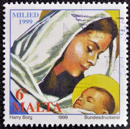 vierge marie: MALTE - CIRCA 1999 Un timbre imprim� � Malte montre la Vierge Marie tenant l'enfant J�sus, vers 1999