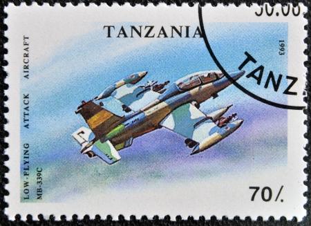 TANZANIA - CIRCA 1993: Un sello impreso en Tanzania muestra bajo - avión del vuelo, ataque, alrededor del año 1993