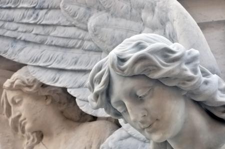 simbolos religiosos: Estatua de un ángel en el cementerio Foto de archivo
