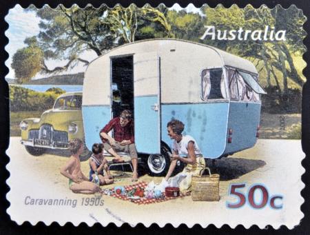 philatelist: AUSTRALIEN - CIRCA 2007: Ein Stempel in Australien gedruckt zeigt Familie genie�en einen Wohnwagen der 50er Jahre, Caravaning 1950, circa 2007 Lizenzfreie Bilder