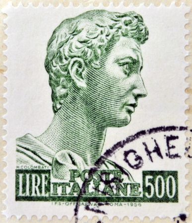stempeln: ITALY - CIRCA 1956 : A stamp printed in Italy shows sculpture of St. George by the sculptor Donatello in 1416 for the Church of Orsanmichele, Florence, circa 1956.