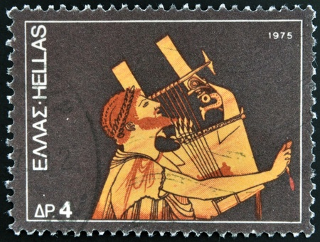 sello: GREECE - CIRCA 1975: A stamp printed in Greece dedicated to the traditional musical instruments shows an ancient guitar player, circa 1975.